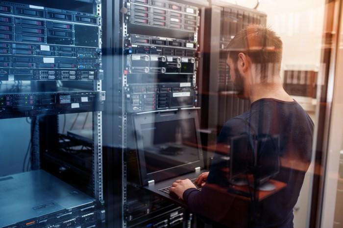engenheiro de ti programando backup no computador
