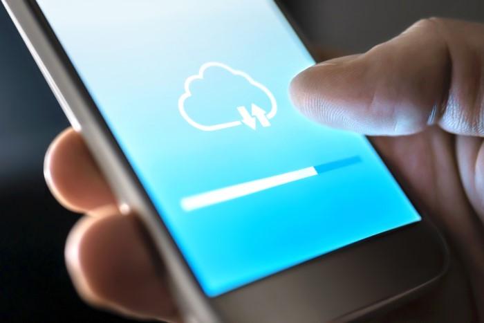 celular mostrando realização de backup em nuvem