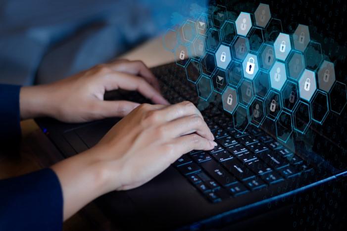pessoa digitando em computador