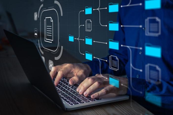 pessoa transferindo dados no computador