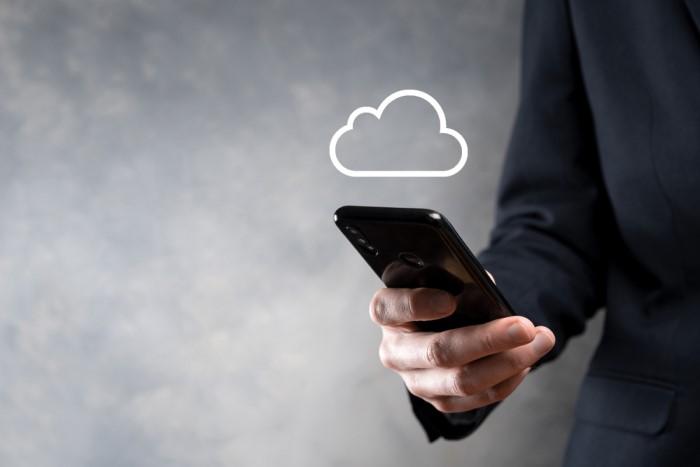homem segurando celular com símbolo de nuvem