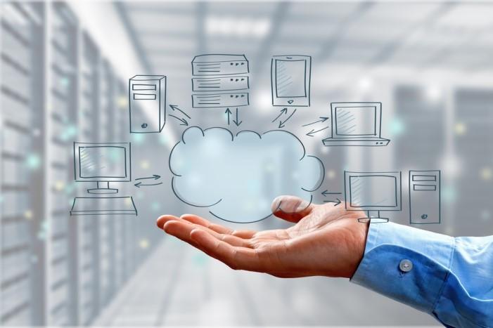mão segurando nuvem com servidores de data center ao fundo