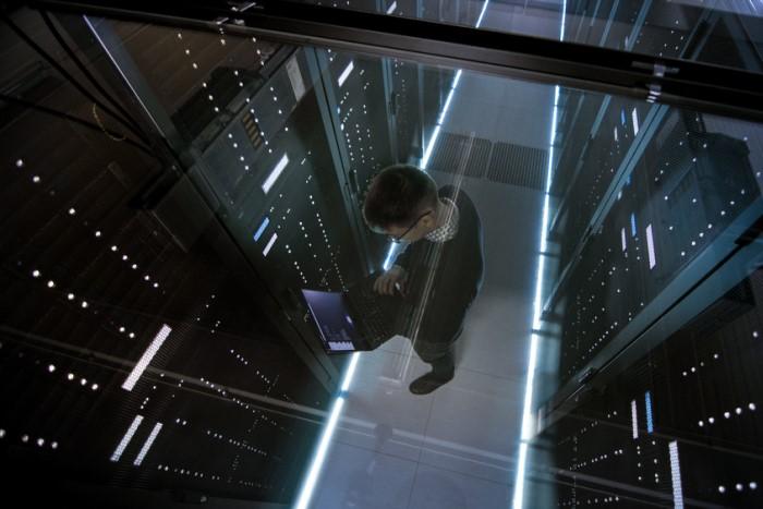 técnico de ti analisando servidor de data center