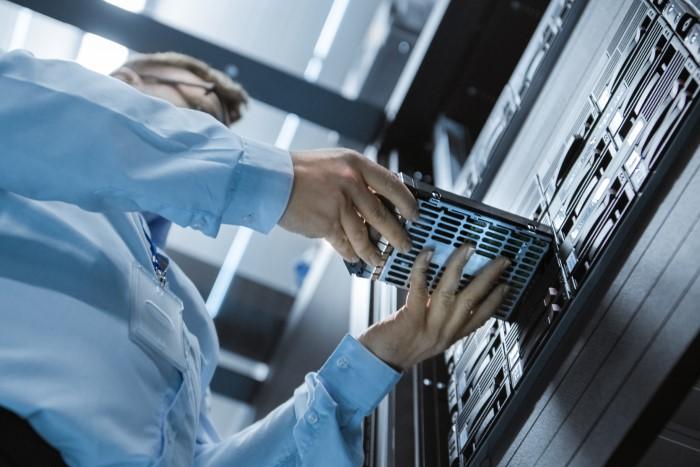 técnico de ti mexendo em hardware de armazenamento de dados