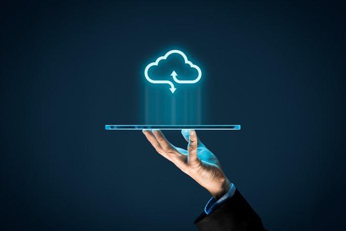 pessoa segurando tablet com nuvem