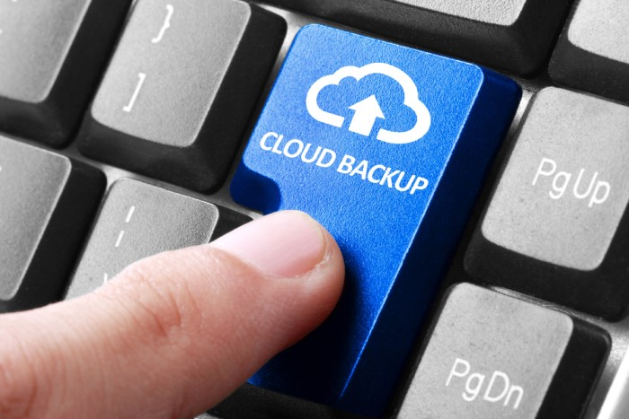 teclado com tecla para cloud backup